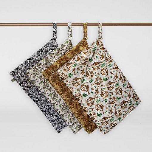 Little Lamb Hanging nappy pail, fyra PUL-påsar i olika mönster hänger i sina handtag