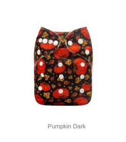 AlvaBaby Pumpkin pocketblöja med pumpor mot svart botten