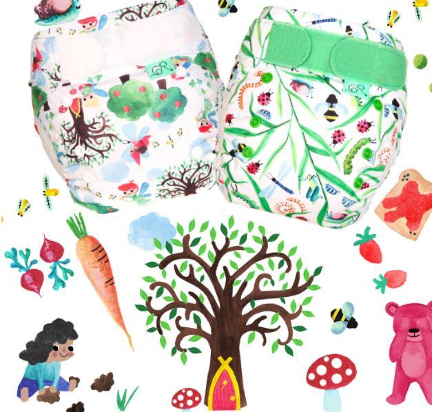TotsBots, bild på två tygblöjor med motiv av insekter och träd, samt bakgrund med björn, morot, humla, svamp.